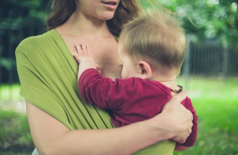 Bebek taşıyıcısında bebek emzirme pozisyonu